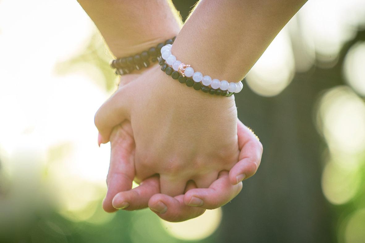 Selbstgemachte Partnerarmbänder - ob aus Schnur geflochten oder aus Perlen mit Ihren Initialen. Kordel oder Gummischnur und Perlen können Sie einfach im Internet bestellen. Machen Sie sich und der Dame Ihrer Wahl je ein Armband - es muss gar nichts Großes sein, bloß eine Kleinigkeit, mit der Sie den Anderen immer ein Stück weit ganz nah bei sich haben können.