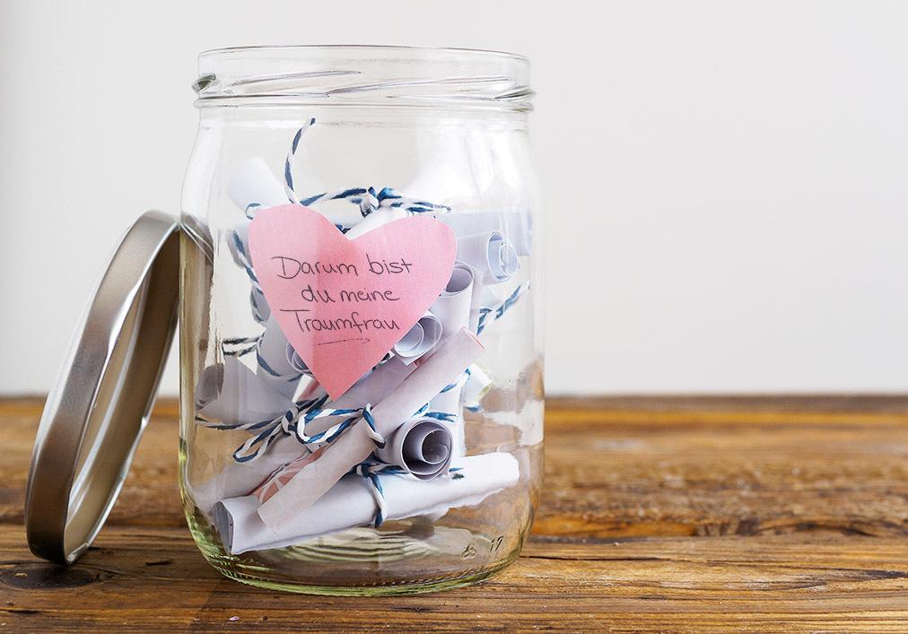 Ein Glas voll kleiner, selbstgeschriebener Botschaften, in denen Sie Ihrer Partnerin sagen, was Sie an Ihr so lieben - da geht ganz sicher jeder Frau das Herz auf.