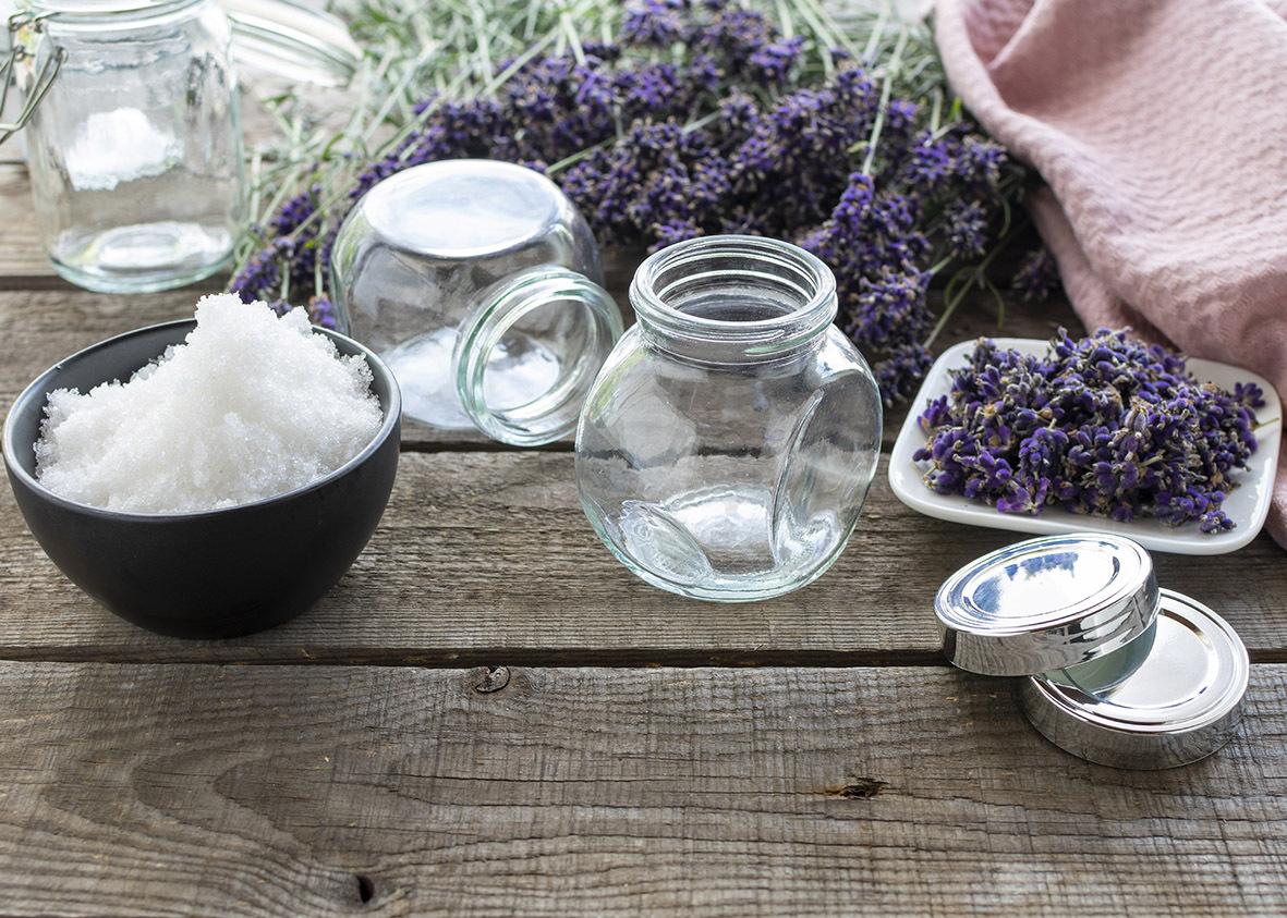 Ein Glas selbstgemachtes Lavendel-Badesalz mit einem handgeschriebenen Gutschein für ein (vielleicht gemeinsames) Wellness-Bad. Vermengen Sie für den Badezusatz bloß etwas grobes Meersalz mit frischen oder getrockneten Lavendelblüten oder Lavendelöl.