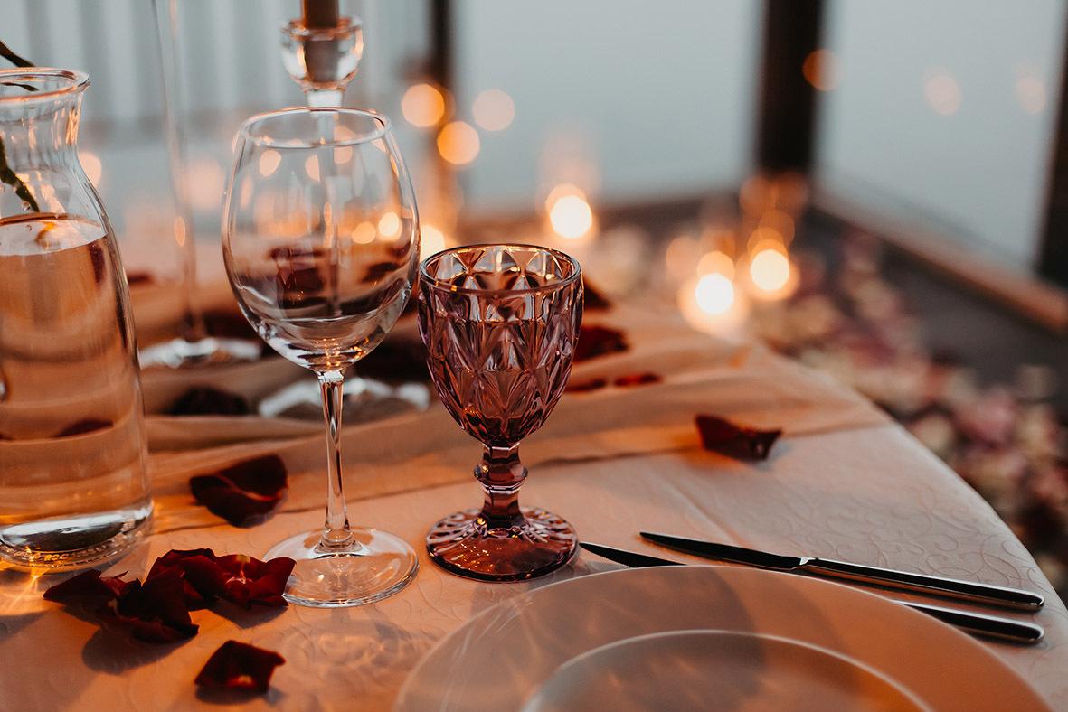 Liebe geht durch den Magen - bereiten Sie einen schönen Tag/Abend für Ihren Liebsten vor, zum Beispiel ein romantisches Candlelight-Dinner, bei dem Sie sein Lieblingsgericht für Ihn zubereiten ...Und vielleicht mögen Sie dem Nachtisch noch einen selbstgeschriebenen Liebesbrief beilegen.