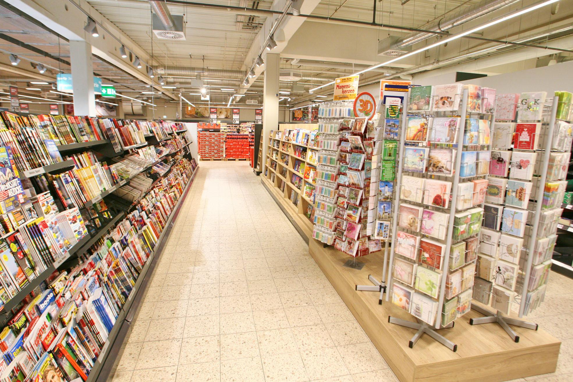 Auch Zeitschriften und Glückwunschkarten haben wir im Sortiment.